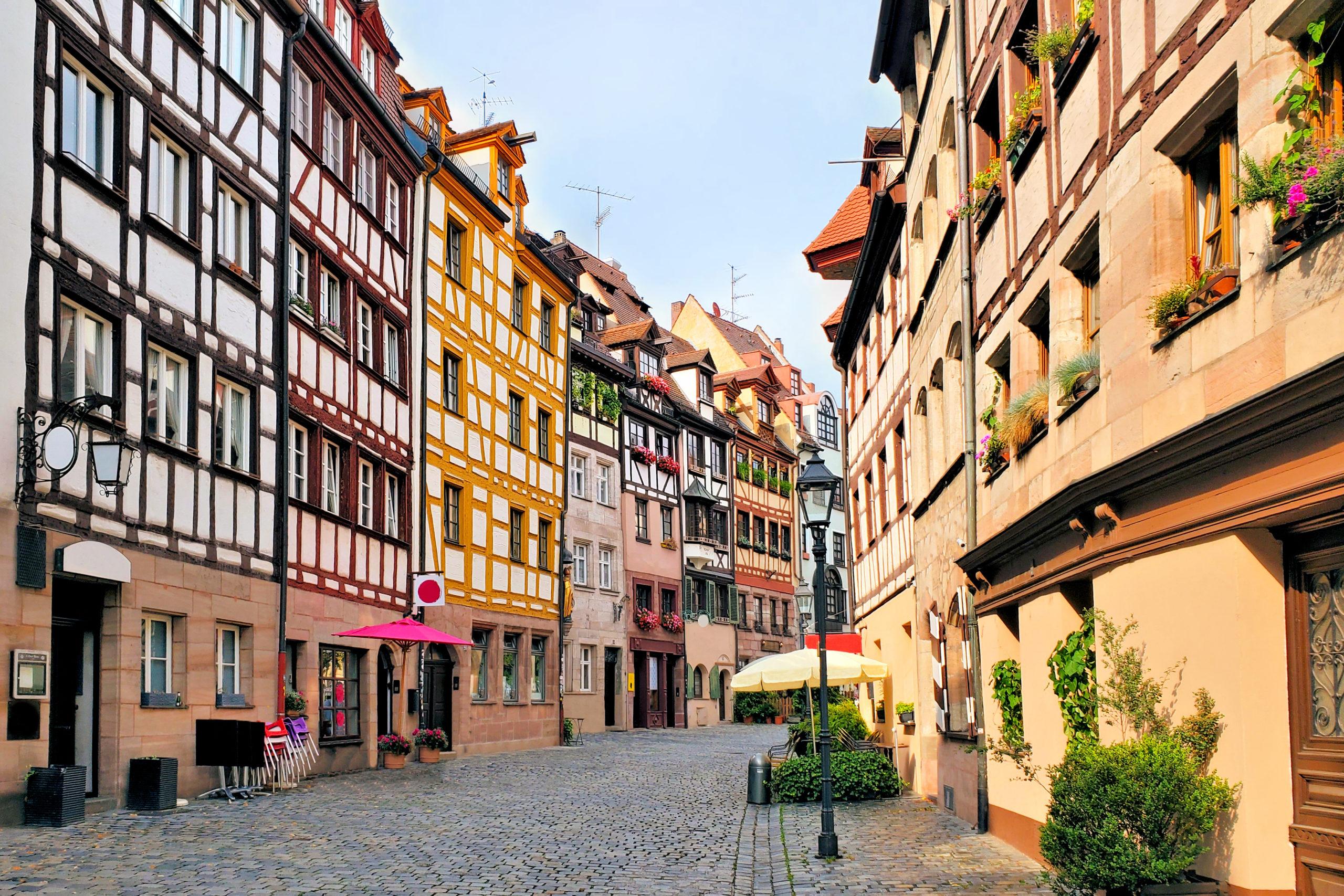 Straße mit schönen Häusern in der Altstadt von Nürnberg